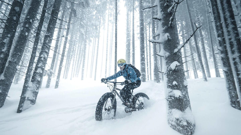 Snowbike fahren im Wald